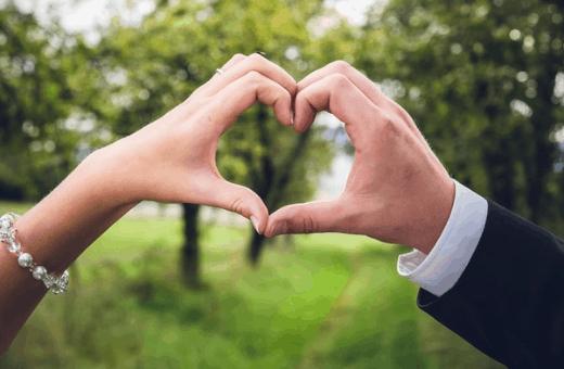 cadeau couple surprise pour son amoureux - mains coeur