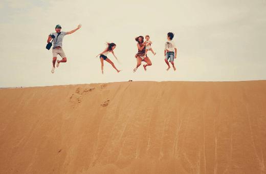 agence de voyage mystère - voyage surprise en famille sur des dunes