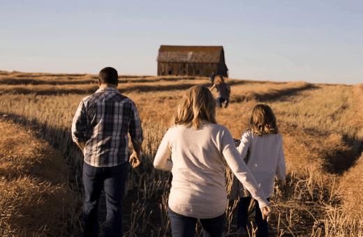 partir à l'aventure en famille campagne - champs
