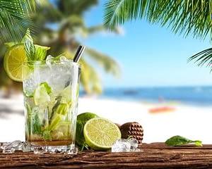 Ti punch sur plage apéritif Antilles