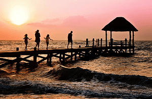vacances en famille devant la mer sur ponton