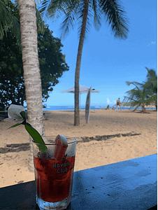 Voyage aux Caraïbes cocktail sur la plage
