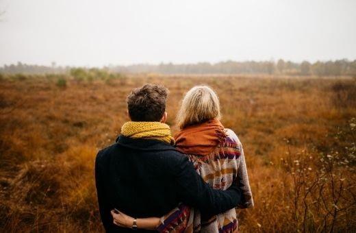 couple à la campagne voyage noces de coton